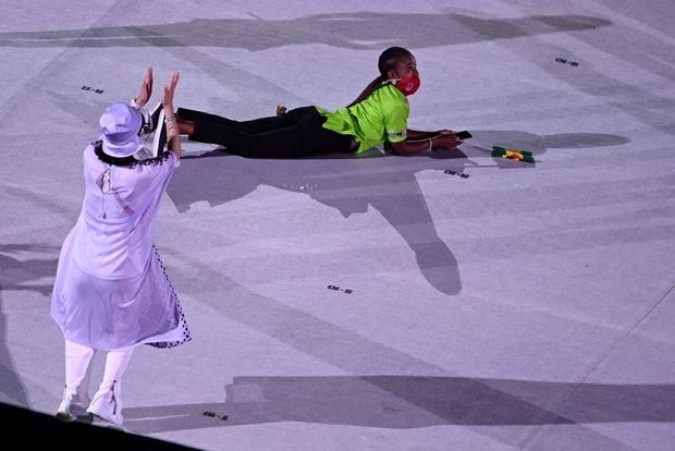 Lễ khai mạc Olympic dài như Cô dâu 8 tuổi, vận động viên chán nản nằm, bò ra sân - Ảnh 3.