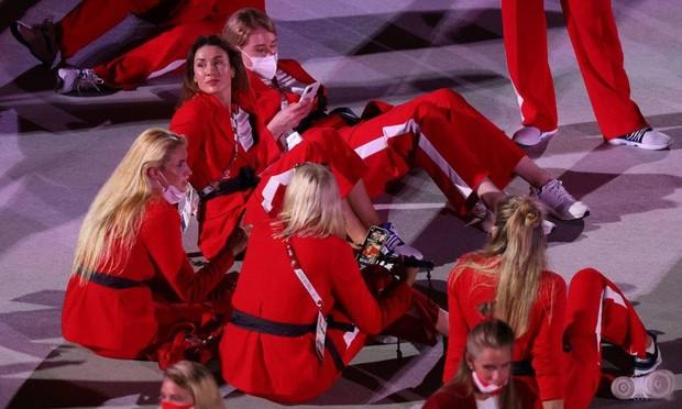 Lễ khai mạc Olympic dài như Cô dâu 8 tuổi, vận động viên chán nản nằm, bò ra sân - Ảnh 4.