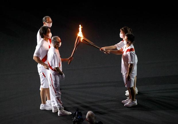 Đài lửa Olympic được thắp sáng, ngày hội thể thao lớn nhất thế giới chính thức bắt đầu!!! - Ảnh 4.
