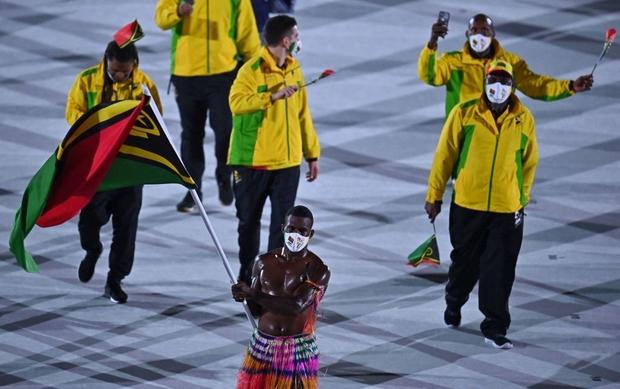 Nam thần xứ Tonga làm điên đảo mạng xã hội với màn cởi trần khoe body cơ bắp bóng nhẫy tại lễ khai mạc Olympic 2020 - Ảnh 8.