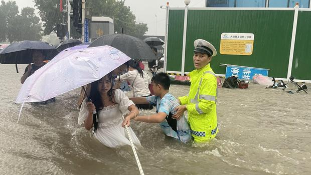 Loạt hình ảnh khủng khiếp nhất trong đợt mưa lũ nghìn năm có một nhấn chìm tỉnh Hà Nam (Trung Quốc) chỉ trong vài ngày - Ảnh 6.