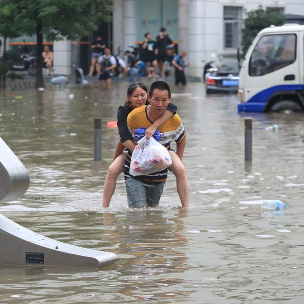 Loạt hình ảnh khủng khiếp nhất trong đợt mưa lũ nghìn năm có một nhấn chìm tỉnh Hà Nam (Trung Quốc) chỉ trong vài ngày - Ảnh 7.