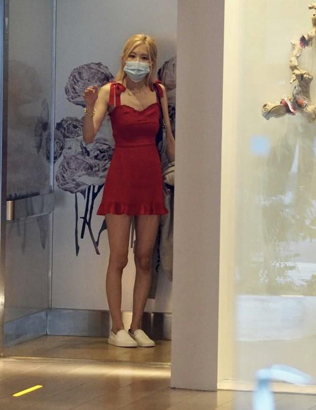 Rosé mặc váy hai dây xinh quá mà xem giá thì ối giời ơi, yên tâm có loạt váy na ná giá chỉ vài trăm cho chị em nè! - Ảnh 3.