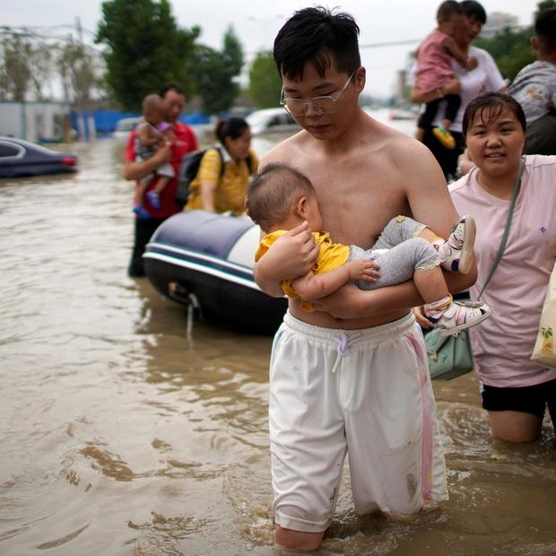 Loạt hình ảnh khủng khiếp nhất trong đợt mưa lũ nghìn năm có một nhấn chìm tỉnh Hà Nam (Trung Quốc) chỉ trong vài ngày - Ảnh 8.