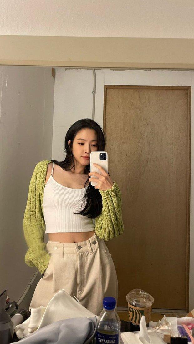 Check nhanh đồ Zara sao Hàn vừa diện: Toàn item xinh xẻo dễ mặc, có chiếc đang sale chỉ hơn 200k - Ảnh 1.