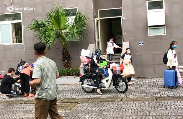 Hà Nội: Hàng trăm sinh viên KTX Mỹ Đình 2 đội mưa chuyển đồ, nhường chỗ cho khu cách ly Covid-19 - Ảnh 1.