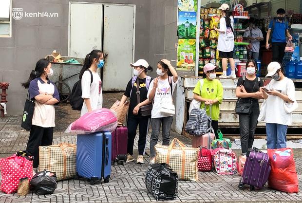 Hà Nội: Hàng trăm sinh viên KTX Mỹ Đình 2 đội mưa chuyển đồ, nhường chỗ cho khu cách ly Covid-19 - Ảnh 2.