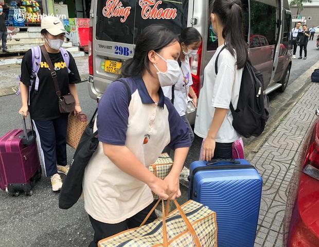 Hà Nội: Hàng trăm sinh viên KTX Mỹ Đình 2 đội mưa chuyển đồ, nhường chỗ cho khu cách ly Covid-19 - Ảnh 6.