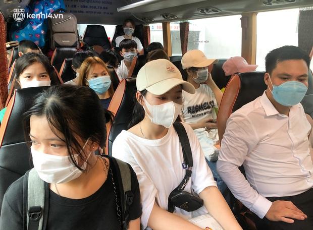 Hà Nội: Hàng trăm sinh viên KTX Mỹ Đình 2 đội mưa chuyển đồ, nhường chỗ cho khu cách ly Covid-19 - Ảnh 11.