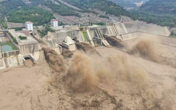 Loạt hình ảnh khủng khiếp nhất trong đợt mưa lũ nghìn năm có một nhấn chìm tỉnh Hà Nam (Trung Quốc) chỉ trong vài ngày - Ảnh 17.