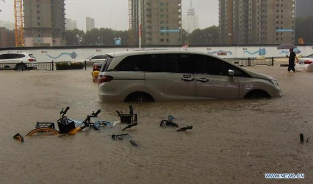 Loạt hình ảnh khủng khiếp nhất trong đợt mưa lũ nghìn năm có một nhấn chìm tỉnh Hà Nam (Trung Quốc) chỉ trong vài ngày - Ảnh 5.