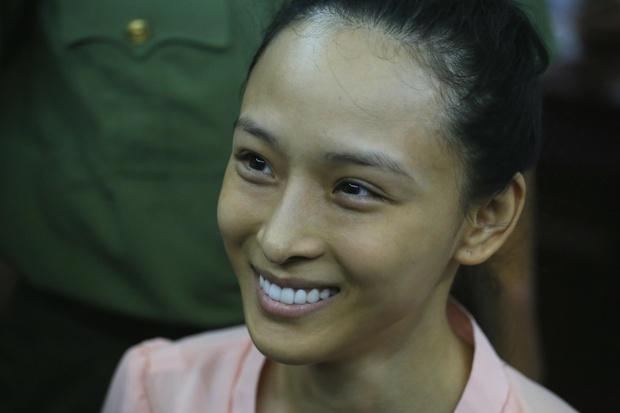 Vbiz từng rúng động bởi scandal tình - tiền của 1 Hoa hậu: Bị tố lừa đảo 16,5 tỷ đồng, nụ cười bí hiểm trên toà gây ám ảnh! - Ảnh 2.