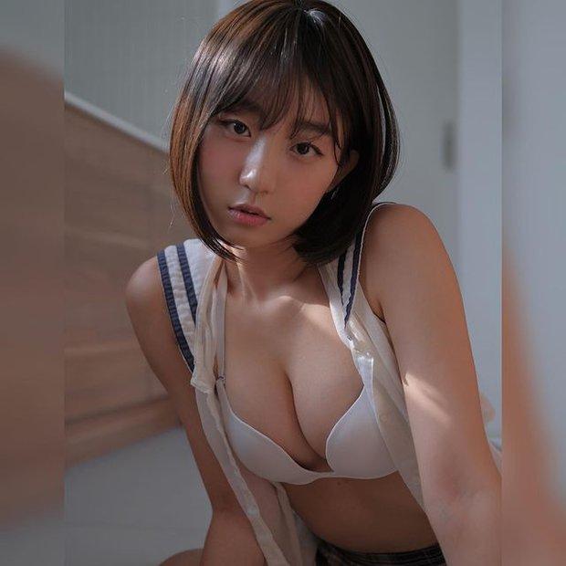 Livestream cảnh tắm bồn gợi cảm, nữ streamer gây sốc khi cởi toàn bộ, khéo léo tạo quần áo với bọt xà phòng - Ảnh 1.