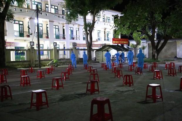 Lao động nghèo, sinh viên Quảng Nam từ TP.HCM về đến quê, được xét nghiệm ngay trong đêm - Ảnh 6.