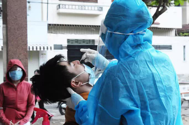 UBND TP.HCM vừa khẩn cấp đề xuất Bộ Y tế hỗ trợ 5.000 nhân viên y tế - Ảnh 1.