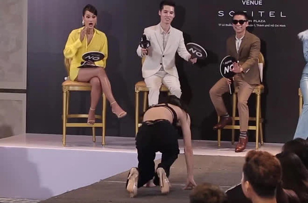 Cô gái bị chất vấn cố tình làm màu khi đi catwalk mà ngã miệt mài đến suýt úp mặt xuống sàn - Ảnh 2.