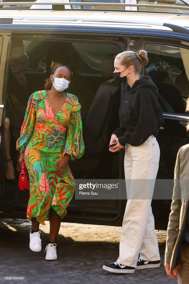 Mẹ con Angelina Jolie đi shopping mà gây xôn xao đường phố Paris, spotlight đổ dồn về cô con gái Shiloh với màn lột xác nữ tính - Ảnh 6.