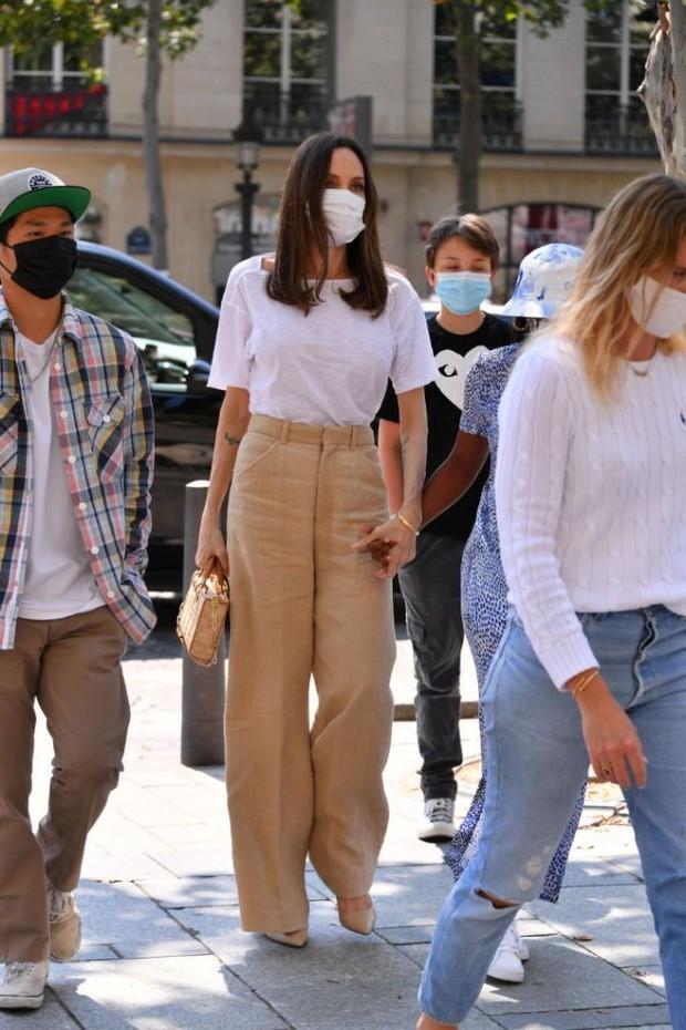 Mẹ con Angelina Jolie đi shopping mà gây xôn xao đường phố Paris, spotlight đổ dồn về cô con gái Shiloh với màn lột xác nữ tính - Ảnh 10.