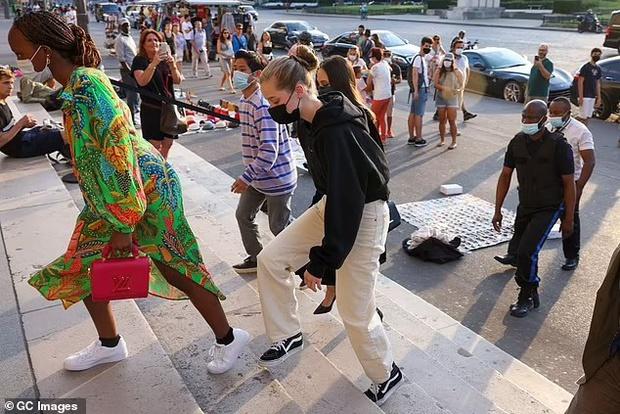 Mẹ con Angelina Jolie đi shopping mà gây xôn xao đường phố Paris, spotlight đổ dồn về cô con gái Shiloh với màn lột xác nữ tính - Ảnh 7.