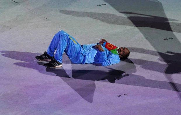 Lễ khai mạc Olympic dài như Cô dâu 8 tuổi, vận động viên chán nản nằm, bò ra sân - Ảnh 1.