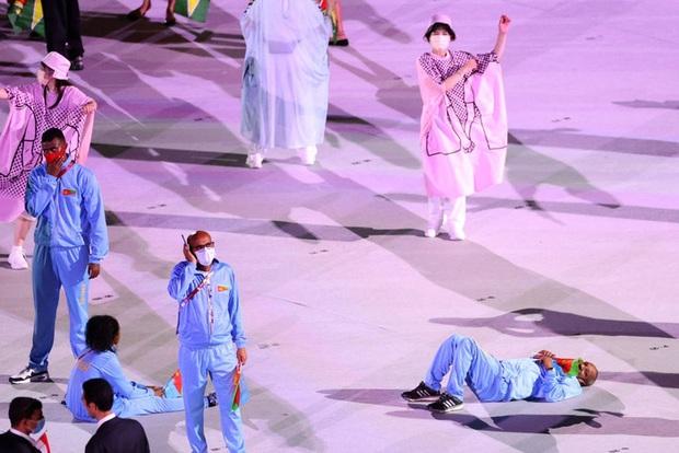 Lễ khai mạc Olympic dài như Cô dâu 8 tuổi, vận động viên chán nản nằm, bò ra sân - Ảnh 2.