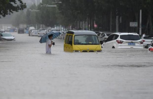 Loạt hình ảnh khủng khiếp nhất trong đợt mưa lũ nghìn năm có một nhấn chìm tỉnh Hà Nam (Trung Quốc) chỉ trong vài ngày - Ảnh 15.