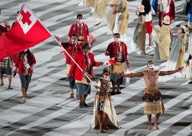 Nam thần xứ Tonga làm điên đảo mạng xã hội với màn cởi trần khoe body cơ bắp bóng nhẫy tại lễ khai mạc Olympic 2020 - Ảnh 5.