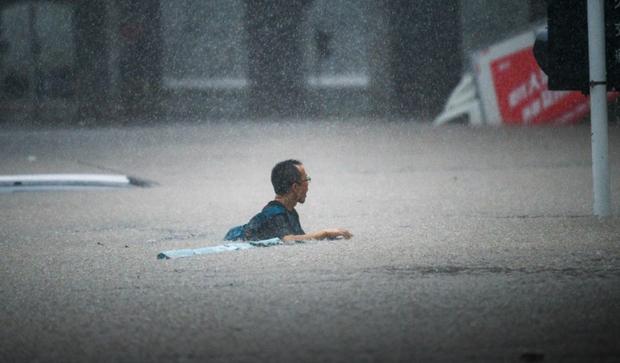 Loạt hình ảnh khủng khiếp nhất trong đợt mưa lũ nghìn năm có một nhấn chìm tỉnh Hà Nam (Trung Quốc) chỉ trong vài ngày - Ảnh 1.