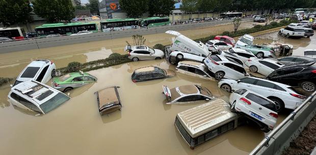 Loạt hình ảnh khủng khiếp nhất trong đợt mưa lũ nghìn năm có một nhấn chìm tỉnh Hà Nam (Trung Quốc) chỉ trong vài ngày - Ảnh 2.