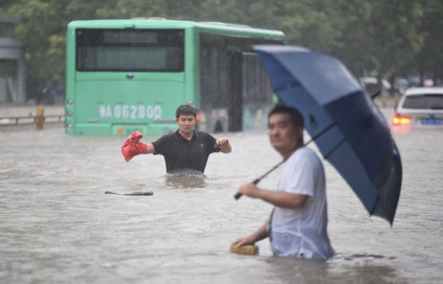 Loạt hình ảnh khủng khiếp nhất trong đợt mưa lũ nghìn năm có một nhấn chìm tỉnh Hà Nam (Trung Quốc) chỉ trong vài ngày - Ảnh 4.