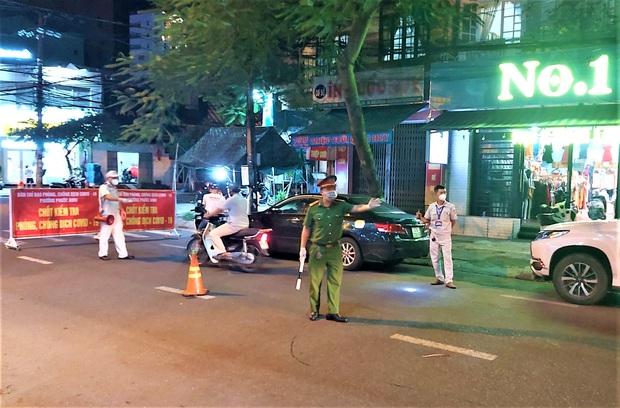 Đà Nẵng dừng xe ngẫu nhiên để xử phạt người ra đường không cần thiết - Ảnh 5.