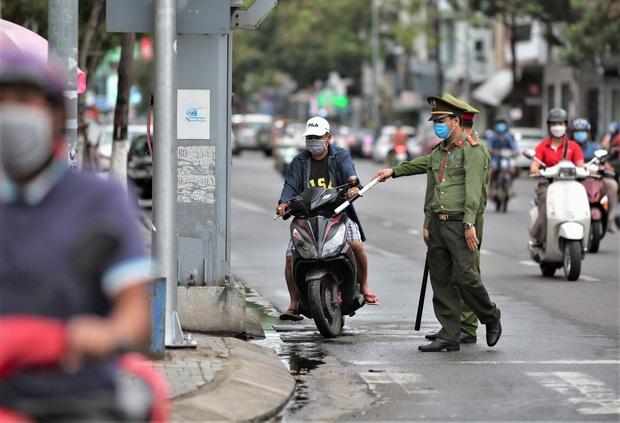 Đà Nẵng dừng xe ngẫu nhiên để xử phạt người ra đường không cần thiết - Ảnh 3.