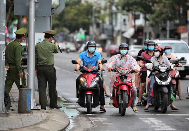 Đà Nẵng dừng xe ngẫu nhiên để xử phạt người ra đường không cần thiết - Ảnh 1.