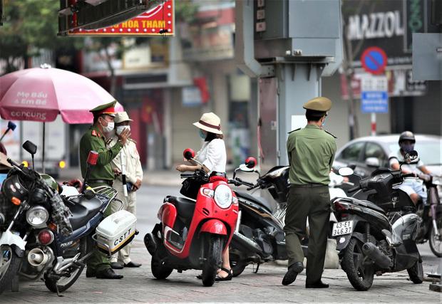 Đà Nẵng dừng xe ngẫu nhiên để xử phạt người ra đường không cần thiết - Ảnh 4.