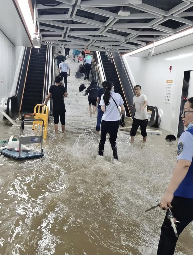 2 giờ kinh hoàng đối mặt với Tử thần của hàng trăm hành khách trên chuyến tàu bị mắc kẹt trong dòng nước lũ ngàn năm có một ở Trung Quốc - Ảnh 4.
