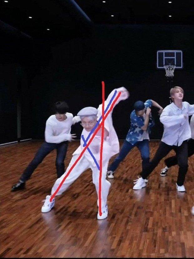 j-hope (BTS) đích thị là ông tổ của thước kẻ, nhìn cách anh chàng nhảy là biết! - Ảnh 1.
