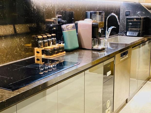 Căn bếp 2 tỷ khiến chị em xôn xao: Lấy cảm hứng từ khách sạn tại Hàn, đồ bếp siêu xịn, riêng bộ dao đã có giá 9 triệu - Ảnh 4.