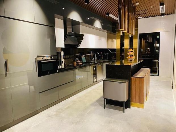 Căn bếp 2 tỷ khiến chị em xôn xao: Lấy cảm hứng từ khách sạn tại Hàn, đồ bếp siêu xịn, riêng bộ dao đã có giá 9 triệu - Ảnh 1.