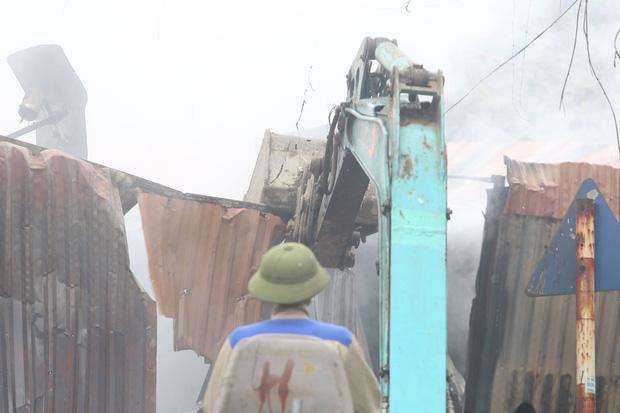 Hà Nội: Cháy lớn ở xưởng nhựa, người dân khẩn cấp giải cứu 6 ô tô - Ảnh 3.