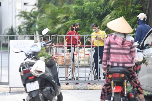 Hà Nội ngày đầu giãn cách: Nhân viên một siêu thị đi chợ hộ người dân - Ảnh 8.