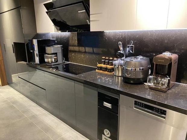 Căn bếp 2 tỷ khiến chị em xôn xao: Lấy cảm hứng từ khách sạn tại Hàn, đồ bếp siêu xịn, riêng bộ dao đã có giá 9 triệu - Ảnh 2.