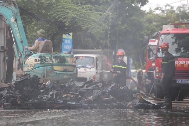 Hà Nội: Cháy lớn ở xưởng nhựa, người dân khẩn cấp giải cứu 6 ô tô - Ảnh 2.