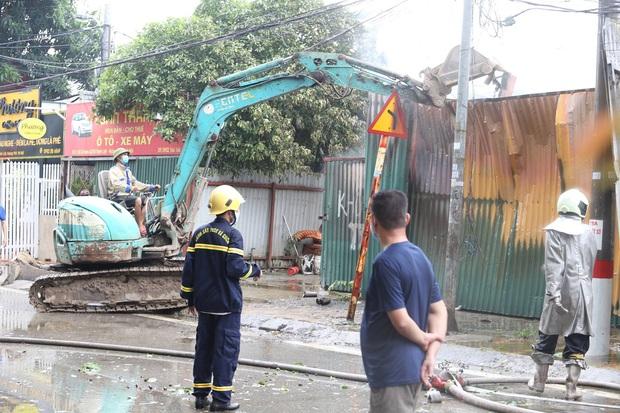 Hà Nội: Cháy lớn ở xưởng nhựa, người dân khẩn cấp giải cứu 6 ô tô - Ảnh 4.