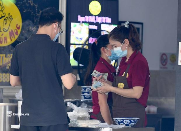 Hà Nội ngày đầu giãn cách: Nhân viên một siêu thị đi chợ hộ người dân - Ảnh 5.