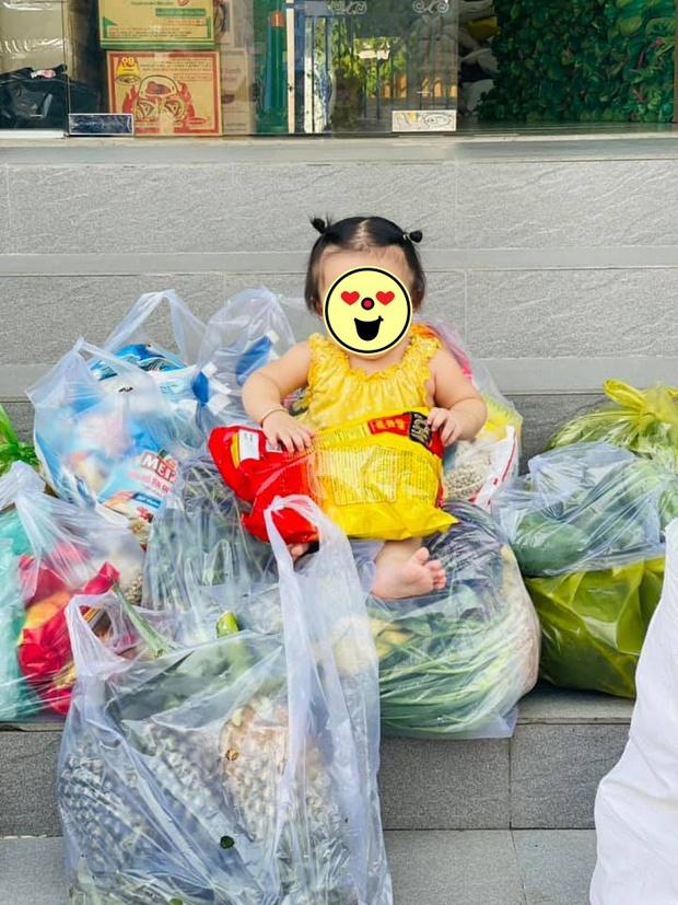 """Lê Dương Bảo Lâm hứng nguyên rổ """"gạch"""" từ netizen vì để con gái ngồi lên thực phẩm chụp ảnh, lời giải thích có hợp lý? - Ảnh 2."""