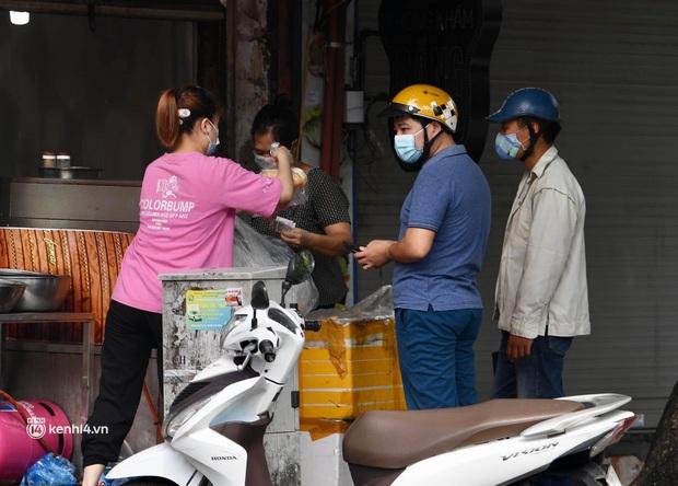 Hà Nội ngày đầu giãn cách: Nhân viên một siêu thị đi chợ hộ người dân - Ảnh 6.