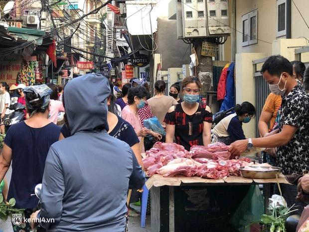 Ảnh: Từ sáng sớm, các khu chợ ở Hà Nội đã đông nghẹt người mua hàng - Ảnh 12.