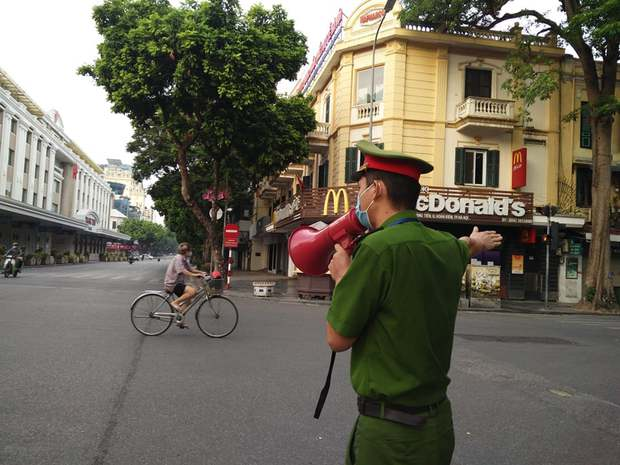 Hà Nội: Nhiều người ra đường không có lý do chính đáng bị xử phạt - Ảnh 1.