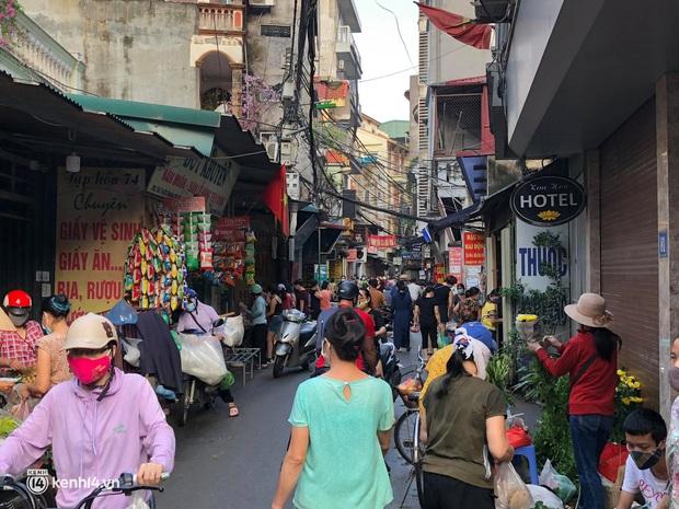Ảnh: Từ sáng sớm, các khu chợ ở Hà Nội đã đông nghẹt người mua hàng - Ảnh 13.