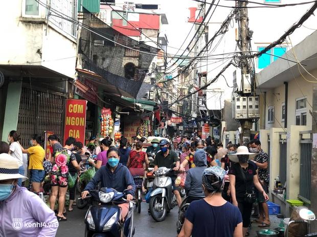 Ảnh: Từ sáng sớm, các khu chợ ở Hà Nội đã đông nghẹt người mua hàng - Ảnh 14.